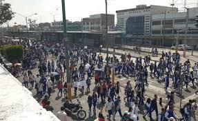 Estudiantes marchan por detención de alumnas de prepa en Neza (Estado de México)