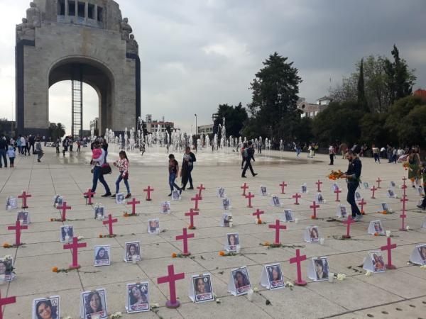 Familias construyen ofrenda por feminicidios para recordar a mujeres asesinadas en México (Ciudad de México)