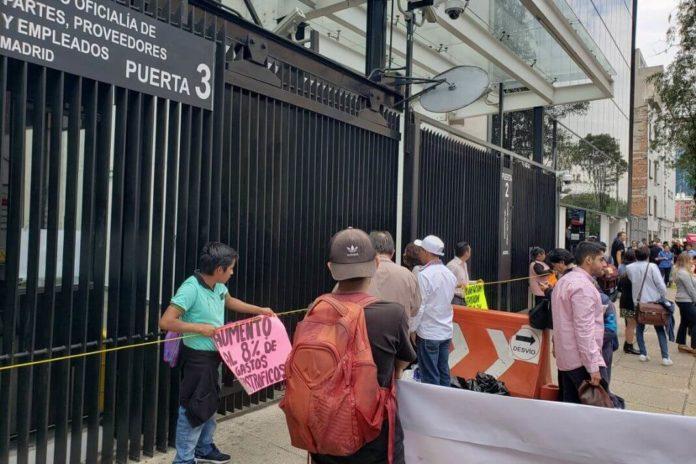Padres de niños con cáncer bloquean entradas al Senado (Ciudad de México)