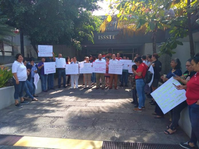 Se manifiestan trabajadores del ISSSTE por incumplimiento en pago de prestaciones (Colima)