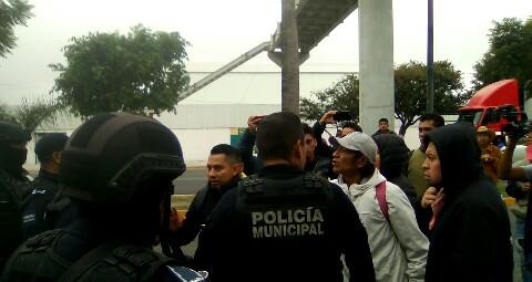 Bloquean vialidad para exigir presentación con vida del activista Sergio Rivera (Puebla)