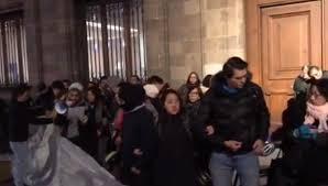 Bloquean artistas accesos a Palacio Nacional ante adeudos (Ciudad de México)