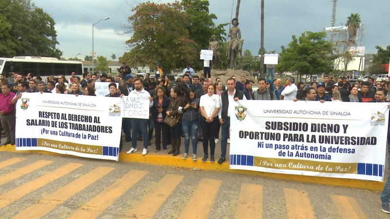 Se manifiestan trabajadores y maestros de la UAS (Sinaloa)