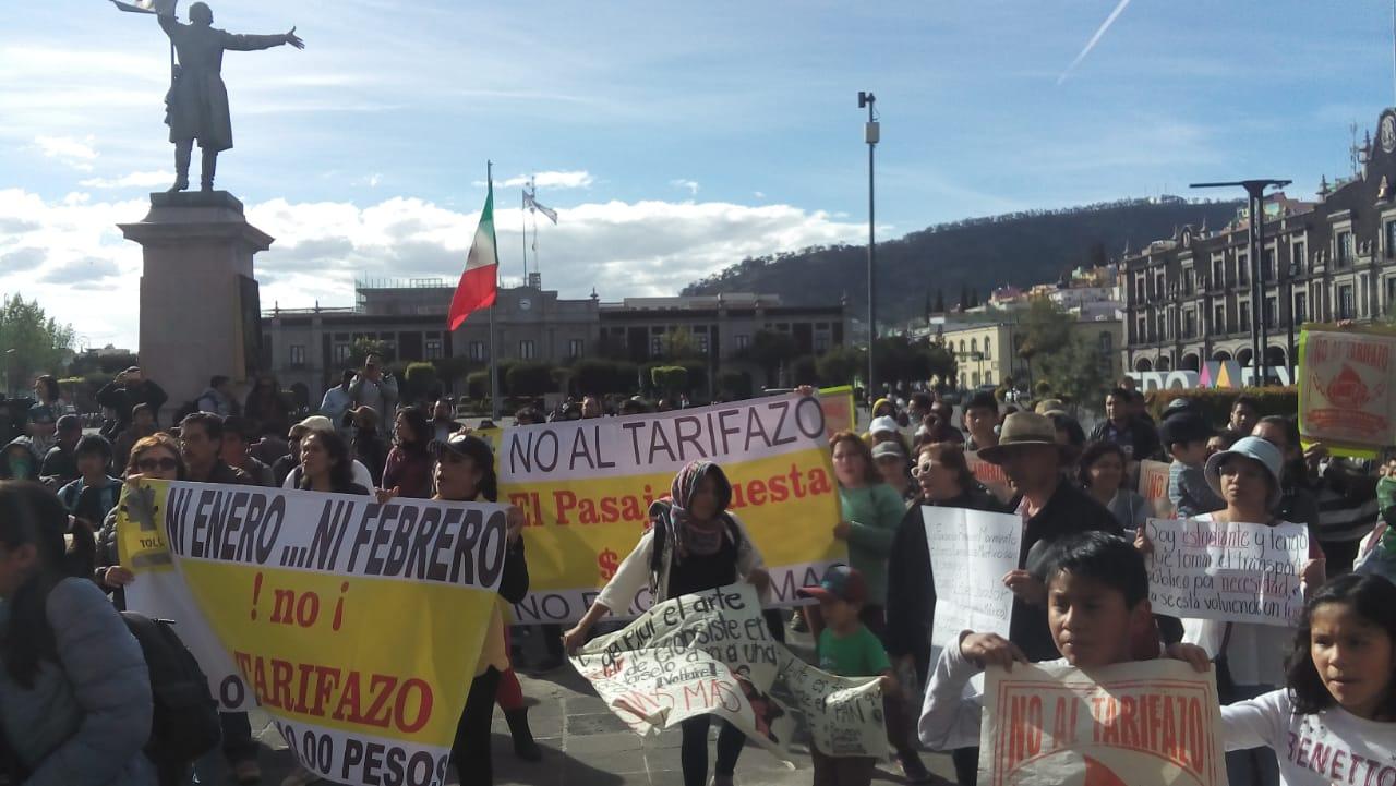 ¡Abajo, el alza, a mi madre no le alcanza!, repudian Tarifazo (Estado de México)