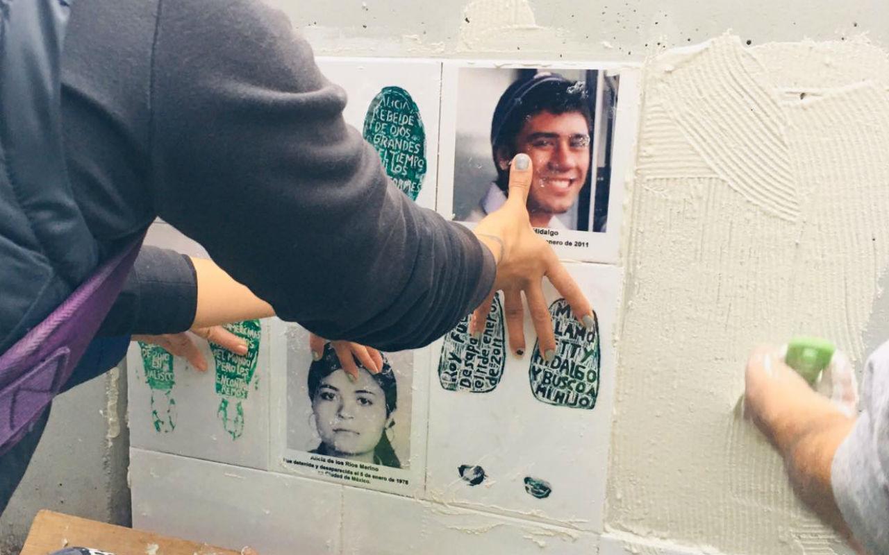 Activistas colocan memorial con fotografías de sus desaparecidos frente a a FGR (Ciudad de México)