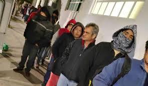 Madrugan enfermos para recibir atención médica en ISSEMYM de Texcoco (Estado de México)