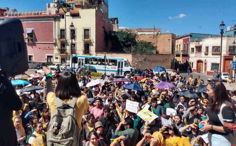 Estudiantes de la Universidad de Guanajuato se manifiestan acusando incumplimiento