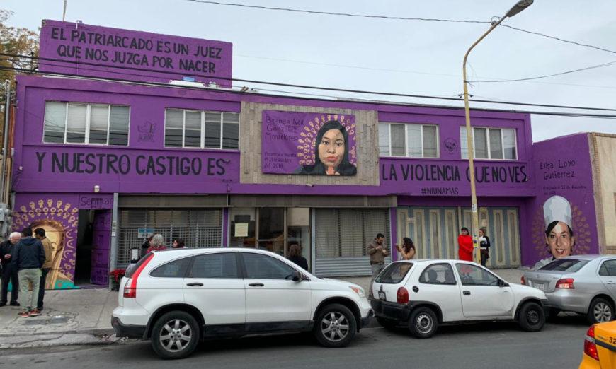 Alcalde de Saltillo sanciona a una mujer por dejar que se pintara mural contra el feminicidio en su casa
