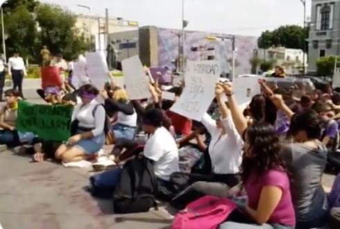 Protestan alumnas de UdeG contra acoso (Jalisco)