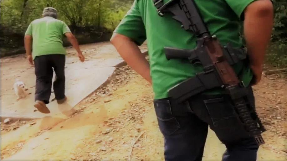 Zirándaro: Miles huyen por la guerra entre narcos; Astudillo dice que la situación es normal