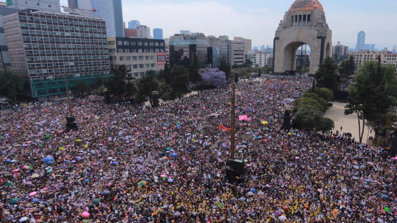 """""""Ni una asesinada más"""": miles de mujeres se manifiestan en la Ciudad de México (videos)"""
