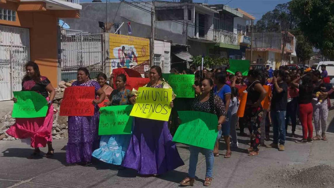 Toman mujeres las calles de Juchitán (Oaxaca)