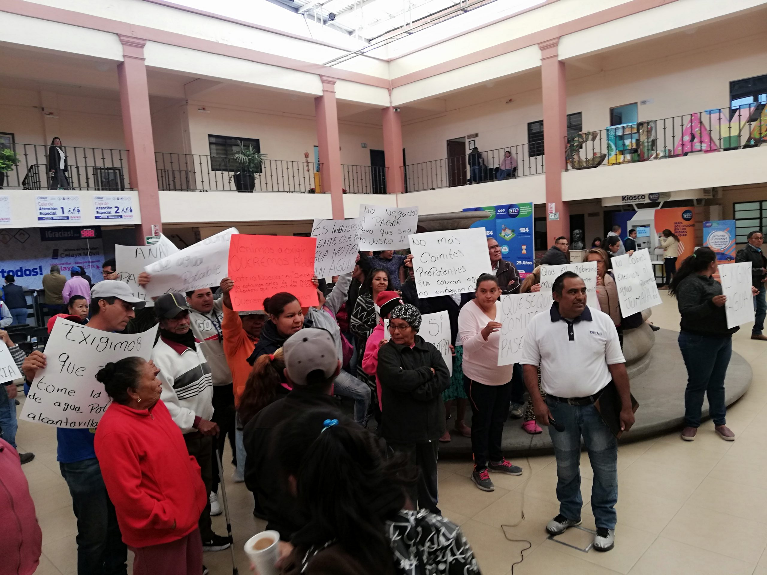 Ciudadanos protestan por falta de agua y se niegan a pagar el servicio, en Celaya