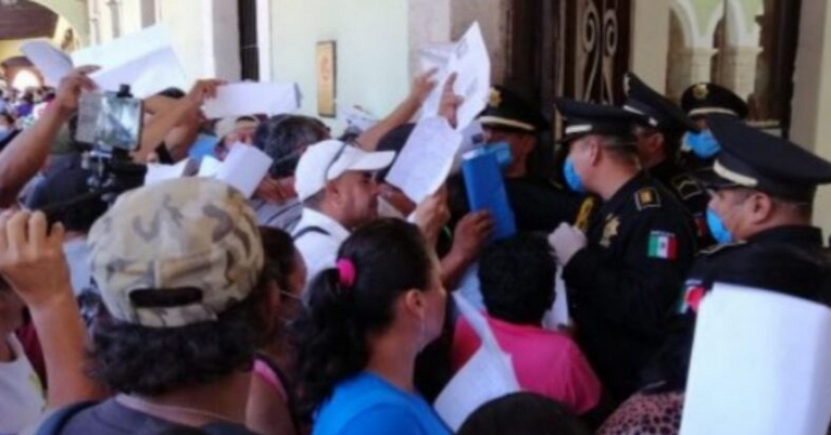 """Cierre del programa """"Seguro de Desempleo"""" provoca aglomeración y reclamos de yucatecos en Mérida"""
