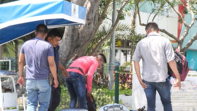 """""""Quieren que estemos encerrados, pero no tenemos qué comer"""": Sacan a albañiles del parque El Crucero de Cancún"""