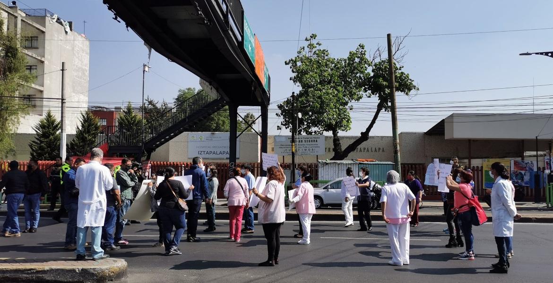 Personal médico bloquea Ermita Iztapalapa por falta de insumos (Ciudad de México)