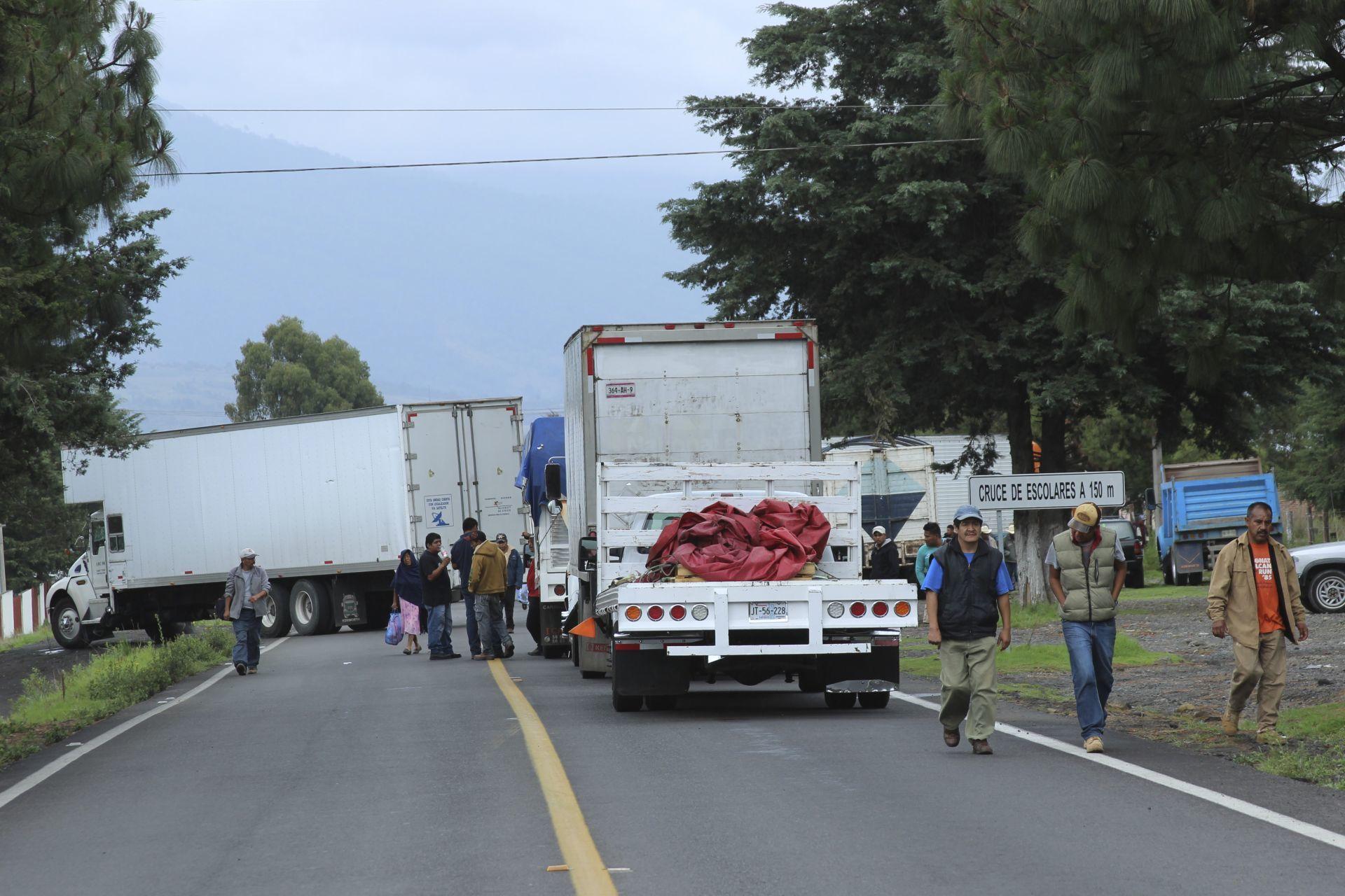 Comuneros bloquean carretera federal de Michoacán en apoyo a normalistas baleados