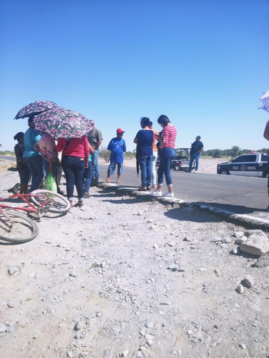Bloquean carretera por la falta de agua potable en Viesca (Coahuila)