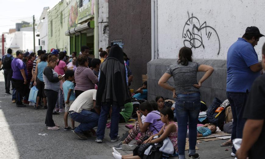 Juez ordena medidas cautelares para migrantes expulsados de EU por pandemia