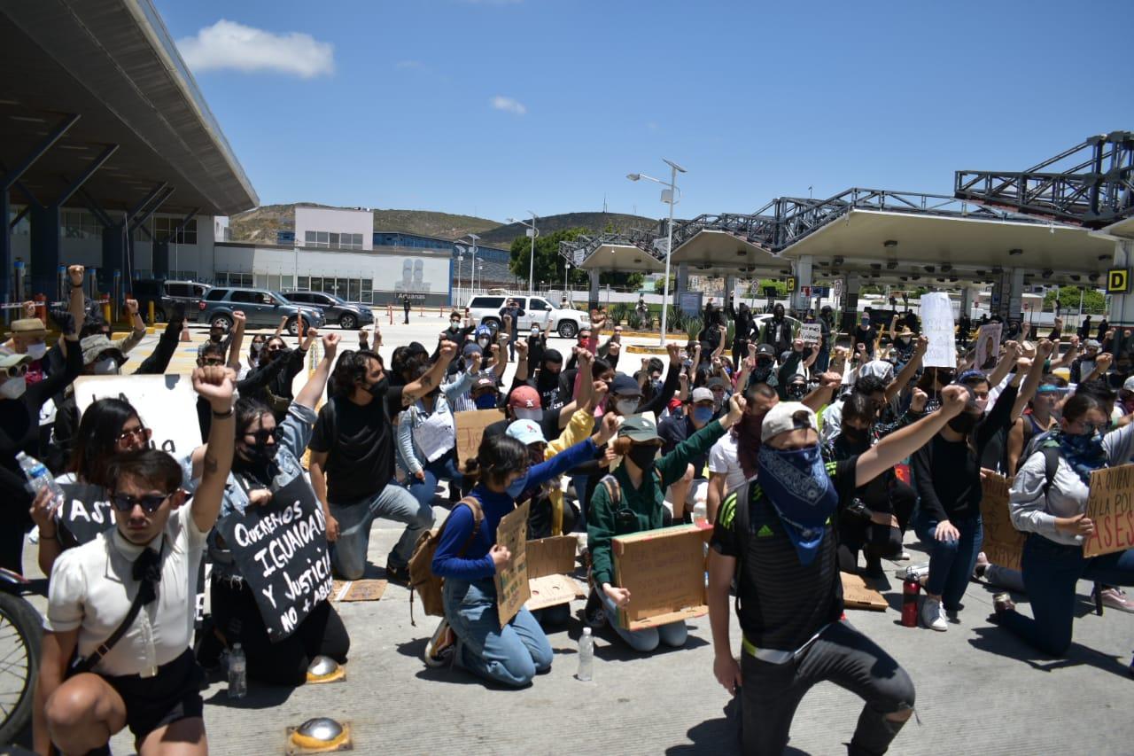Consignas y grafiti contra abusos policíacos; jóvenes marchan en Tijuana (Baja California)