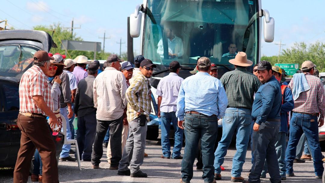 Campesinos bloquean carreteras de Tamaulipas para exigir pagos justos