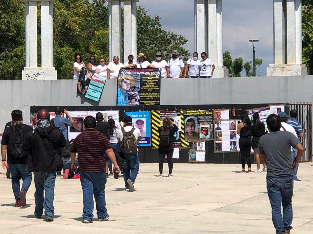 Colocan lonas con imágenes de personas desaparecidas en Colima