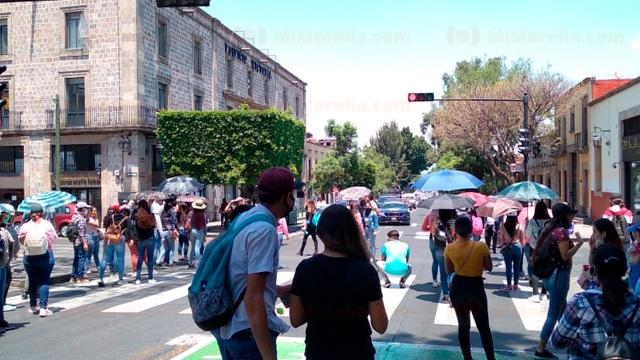 Marchan normalistas y maestros en La Huerta y el Centro de Morelia