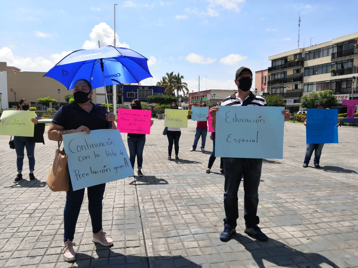 Maestros se manifiestan por plazas frente a Palacio de Gobierno (Nayarit)