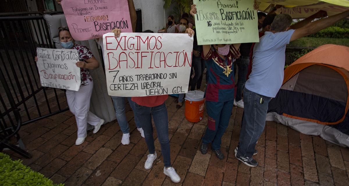Enfermeras instalan plantón en casa Jalisco, exigen seguridad laboral