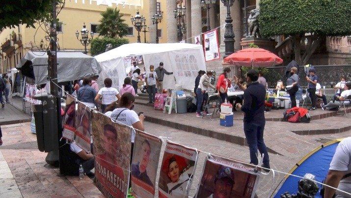 Colectivos de familiares de personas desaparecidas instalan un plantón en el centro de Guanajuato capital.