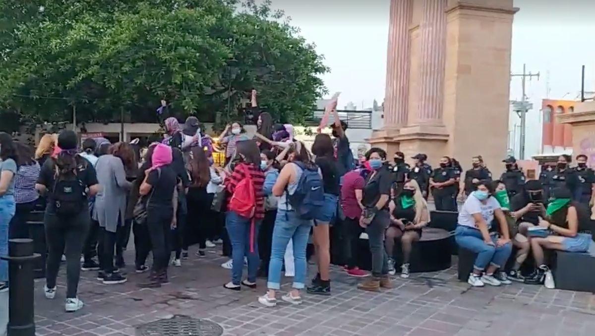 Policías de León reprimen protesta por acoso sexual de los mismos agentes (Guanajuato)