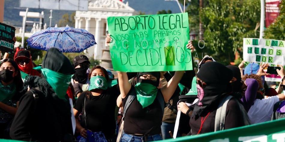 Feministas marchan a un año de la despenalización del aborto en Oaxaca