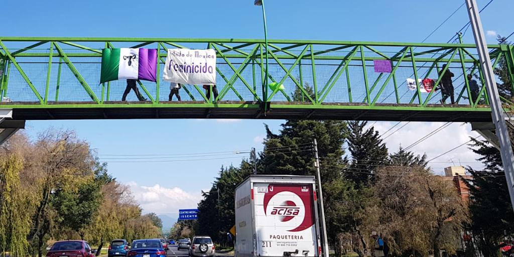 Colectivos protestan colgando mantas en Toluca ante el aumento de femenicidios (Estado de México)