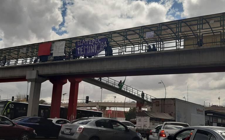 Feministas toman simbólicamente puentes peatonales en Ecatepec y Coacalco (Estado de México)