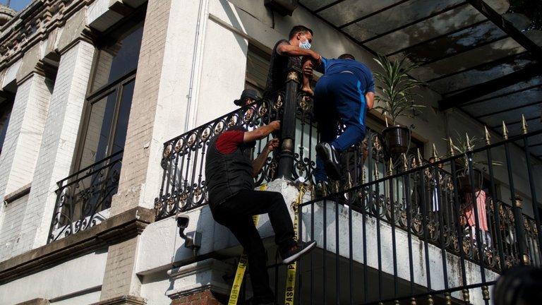 Padres de víctimas de la Guardería ABC saltaron las rejas de SEGOB tras no ser atendidos por Encinas (Ciudad de México)