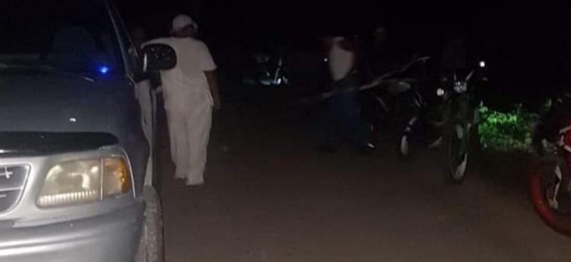 Conflicto en FCP: Pobladores de Ramonal se mantienen en guardia para evitar rescate de vehículos del Ayuntamiento tomados como garantía para que Alcalde cumpla promesa de rehabilitar camino de acceso (Quintana Roo)