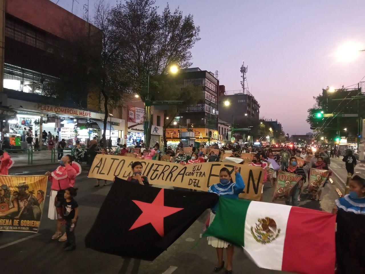 Marchan en la Ciudad de México para denunciar la guerra del mal gobierno y las agresiones paramilitares contra las comunidades zapatistas