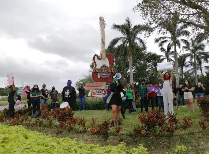 """""""¡Justicia para Ana!"""": Colectivos feministas y habitantes de Puerto Aventuras cierran la carretera federal durante manifestación pacífica por el feminicidio de Ana Gómez, trabajadora del hotel Hard Rock"""