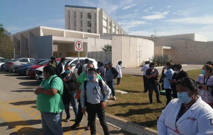 Protestan en Hospital Regional de Alta Especialidad porque no los vacunaron (Yucatán)