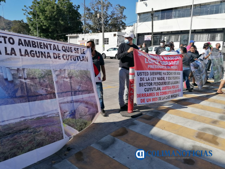 Se manifiestan pescadores de la laguna de Cuyutlán a las afueras de las instalaciones de la API (Colima)