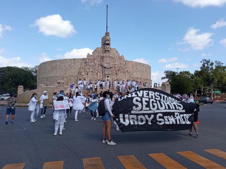 Estudiantes de Medicina marchan para exigir justicia por Karla y Mariana (Yucatán)