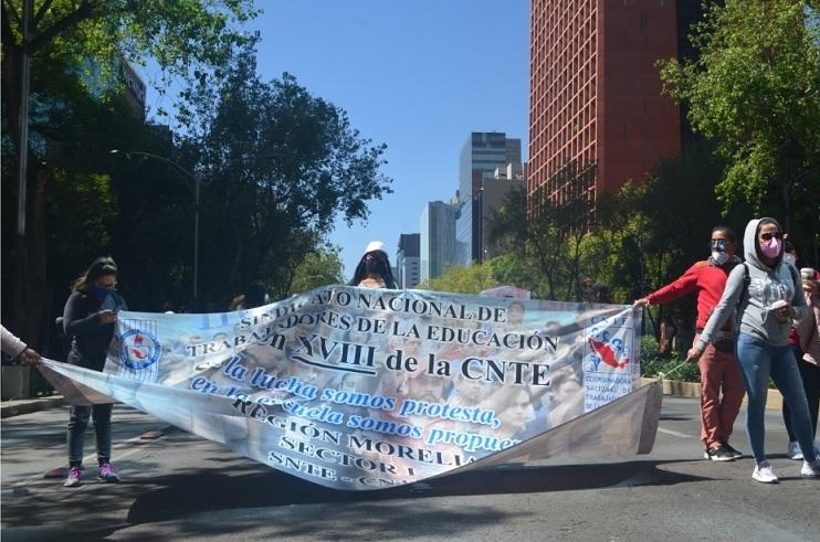 Maestros reclaman pago de salarios; instalan plantón (Michoacán)