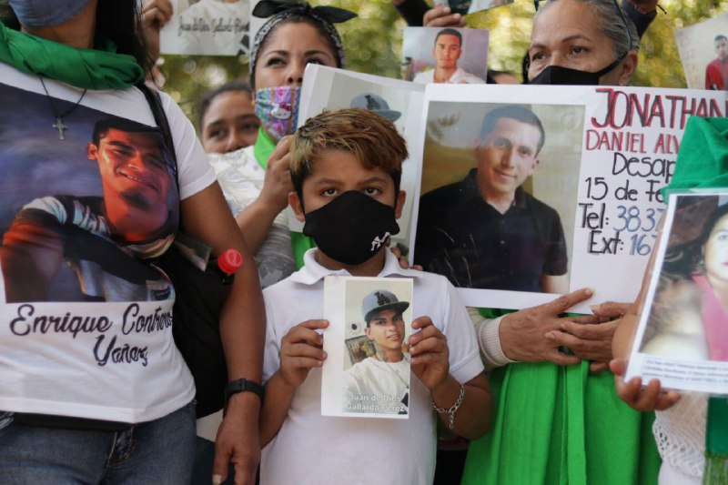 """""""De aquí no nos vamos a mover"""": Familiares de desaparecidos realizan plantón en IJCF para exigir se acelere la identificación forense (Jalisco)"""