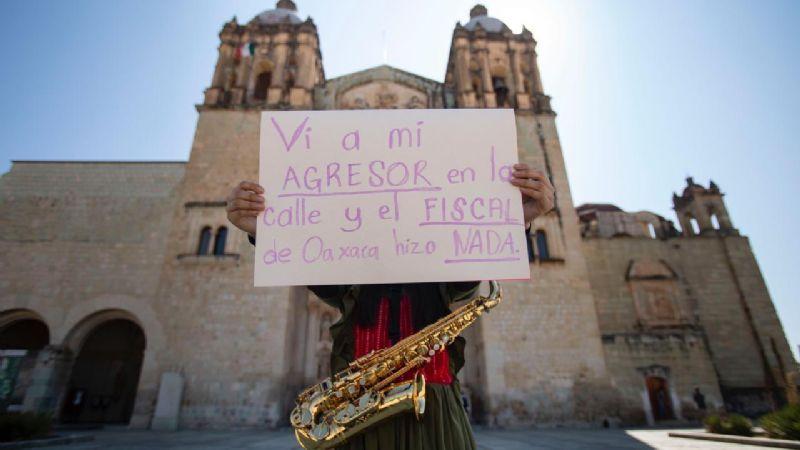 """""""Vi a mi agresor en la calle y el fiscal de Oaxaca hizo nada"""": saxofonista agredida"""