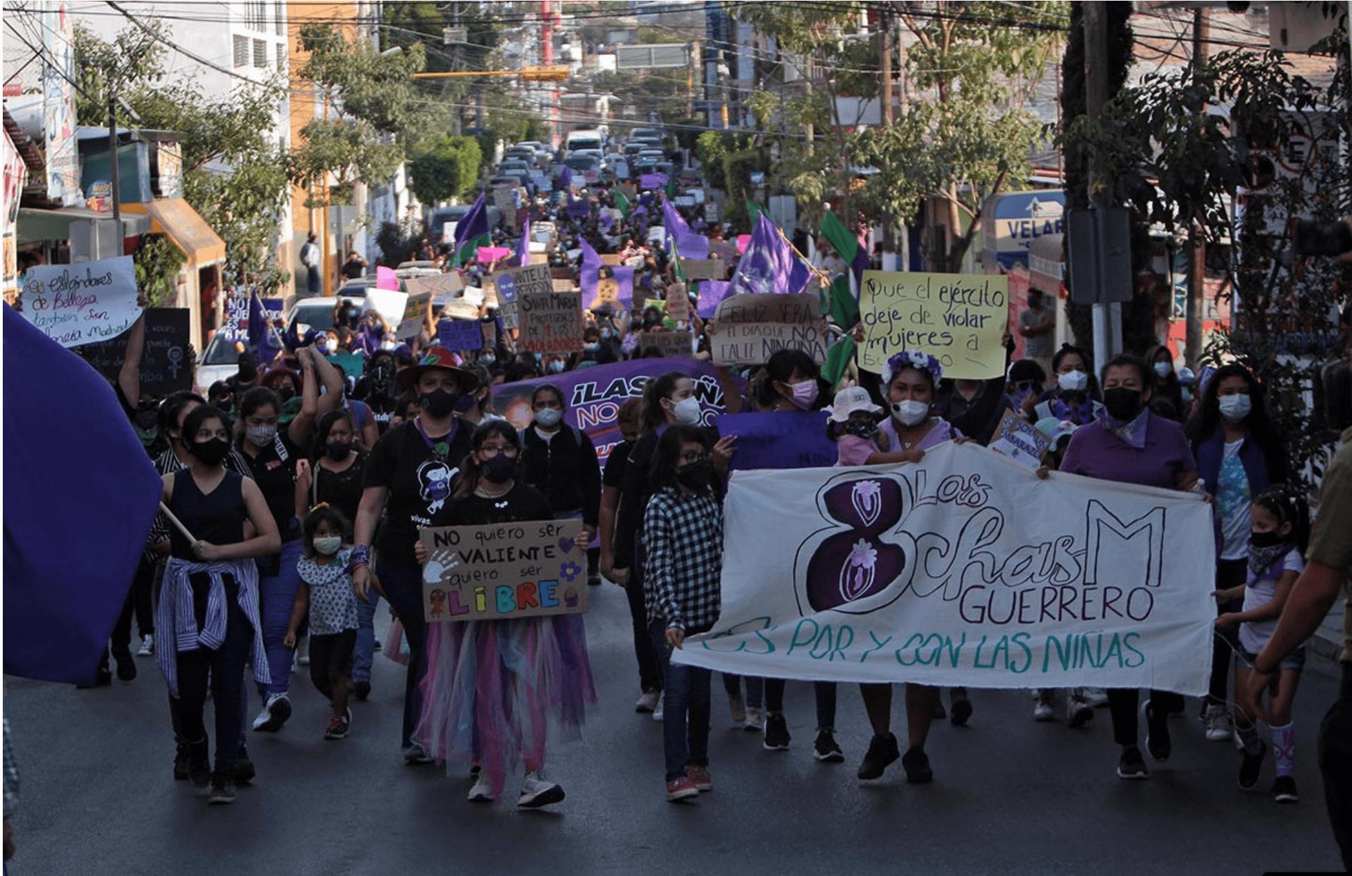 Las niñas participan en la marcha del 8M en Chilpancingo (Guerrero)