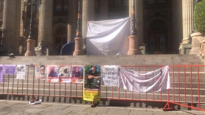 Colectivos de búsqueda inician plantón en el Teatro Juárez de Guanajuato
