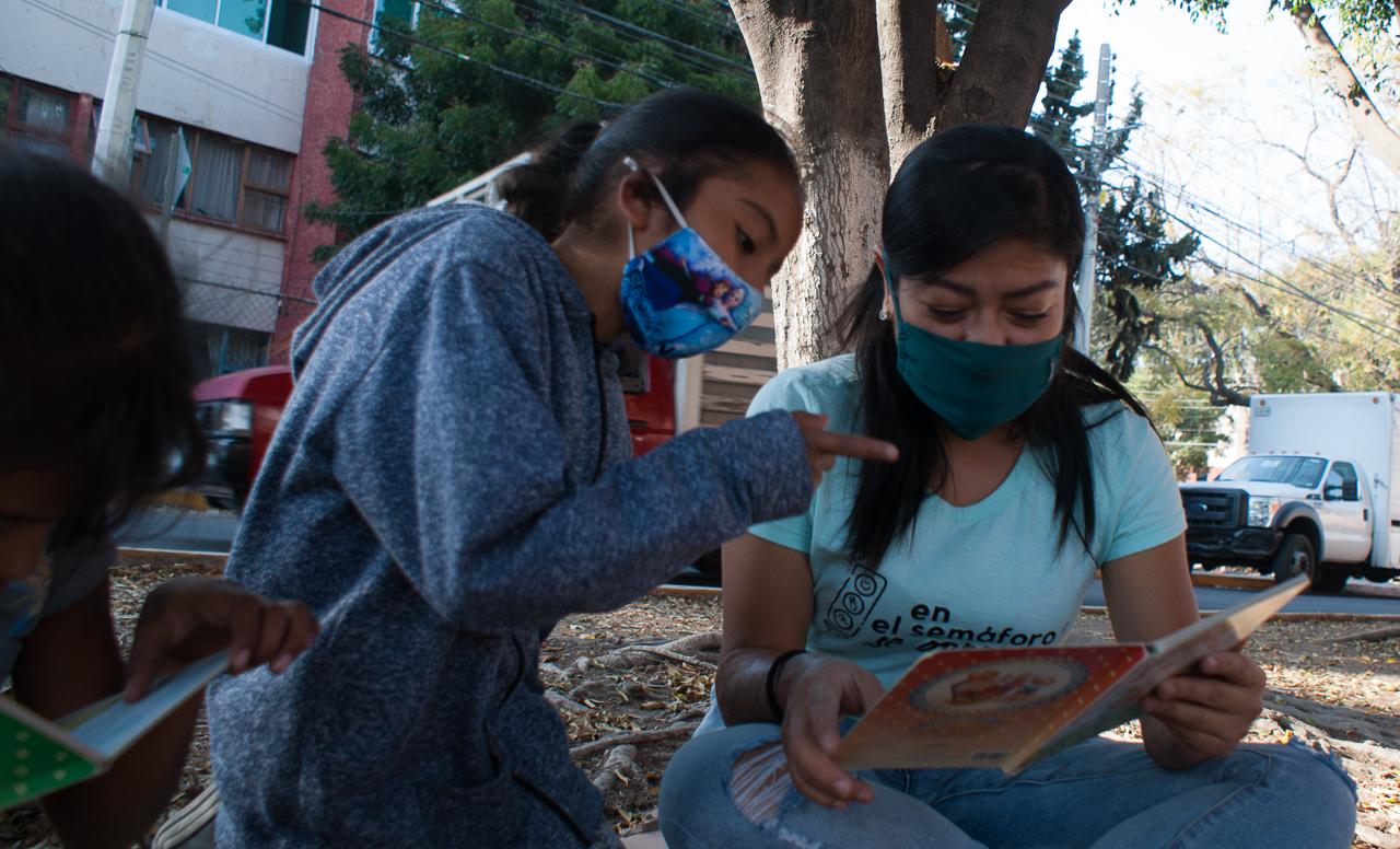 Cuando no es posible Aprender en casa: enseñar a leer, escribir y sumar en los cruceros viales (Querétaro)