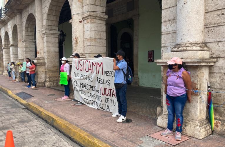 Maestras y maestros se amarran en Palacio de Gobierno (Yucatán)