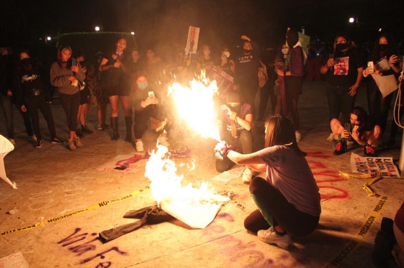En Mérida, izan bandera feminista y queman imagen de policía (Yucatán)