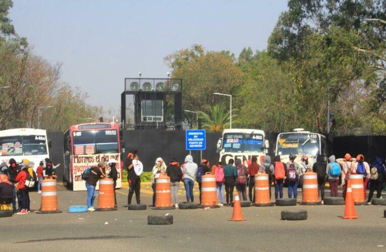 Por segundo día consecutivo la CENEO mantiene bloqueada la carretera de acceso al aeropuerto de Oaxaca